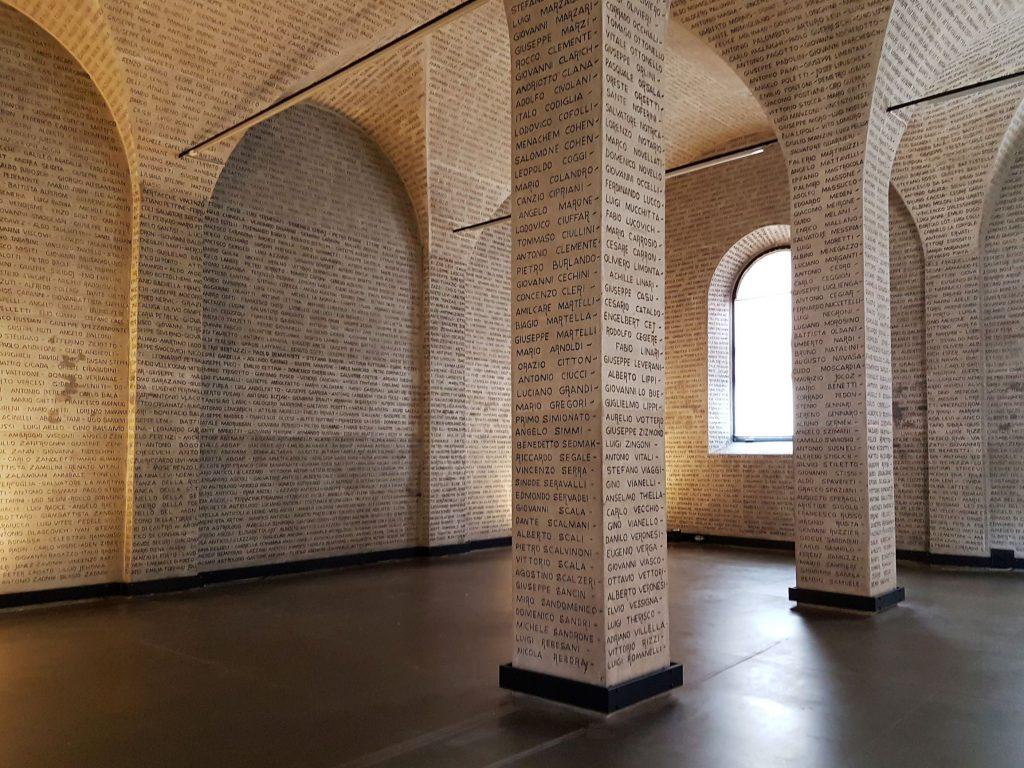 Muri e colonne con incisi nomi dei morti italiani nei campi di concentramento
