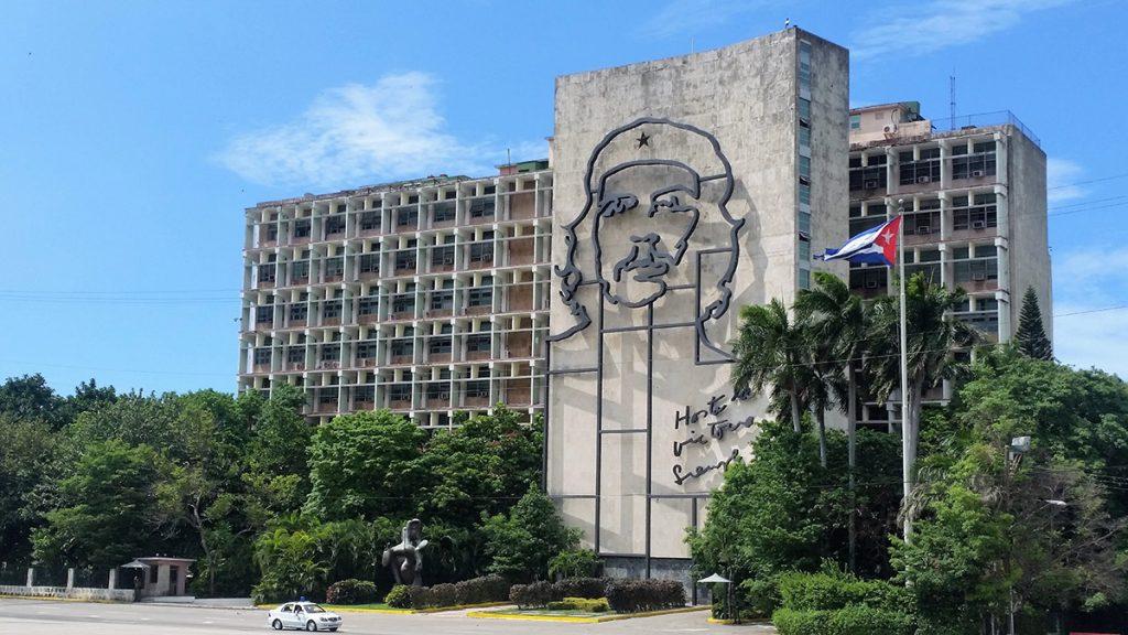 L'Avana - palazzo di Plaza de la Revolución con l'effige di Che Guevara