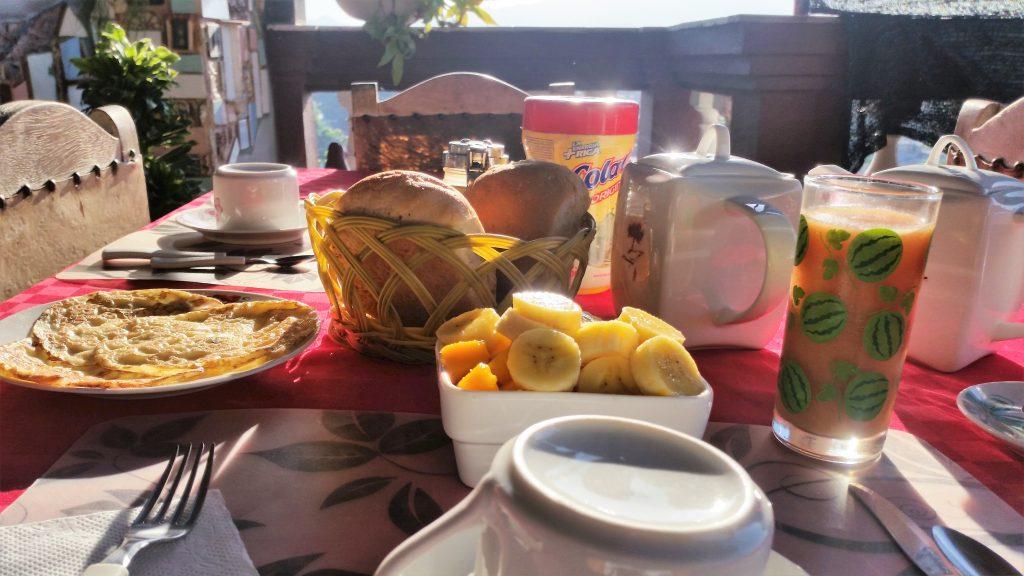 Cuba - colazione con frutta e uova in una casa particular