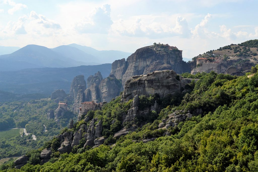 Monasteri su spuntoni di roccia