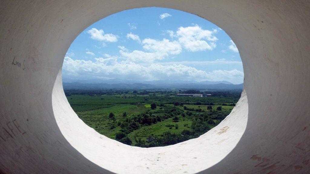 Cuba. Valle verde attraverso una finestra