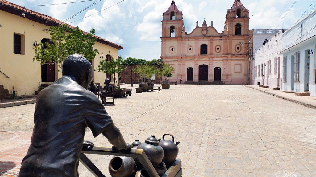 Cuba, Camaguey: Piazza con statua in primo piano e chiesa sullo sfondo