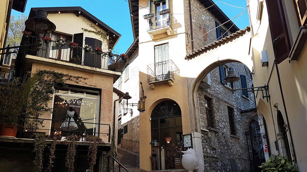 Vicoli e case storiche a Desenzano del Garda