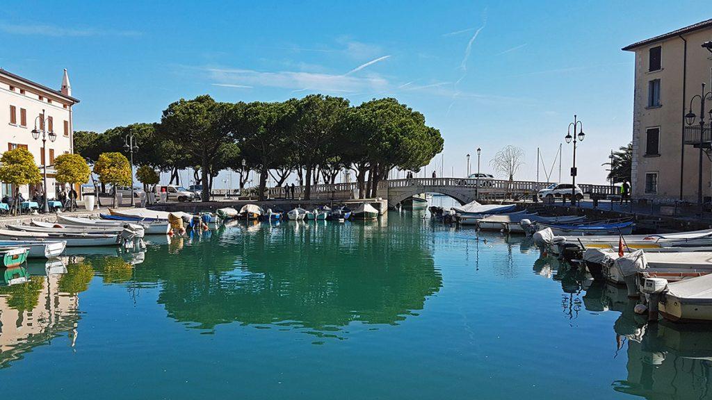 Cosa vedere a Desenzano - Piccolo porto con barche e ponte sullo sfondo