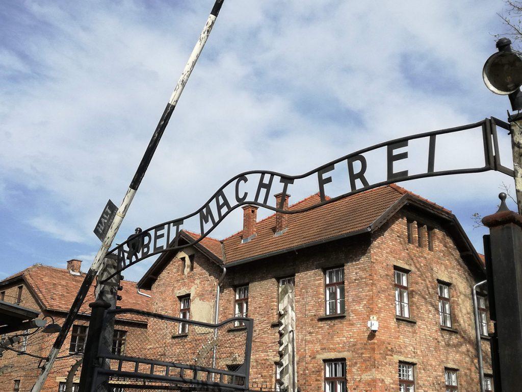 Ingresso del campo di concentramento di Auschwitz, con la scritta Arbeit Macht Frei