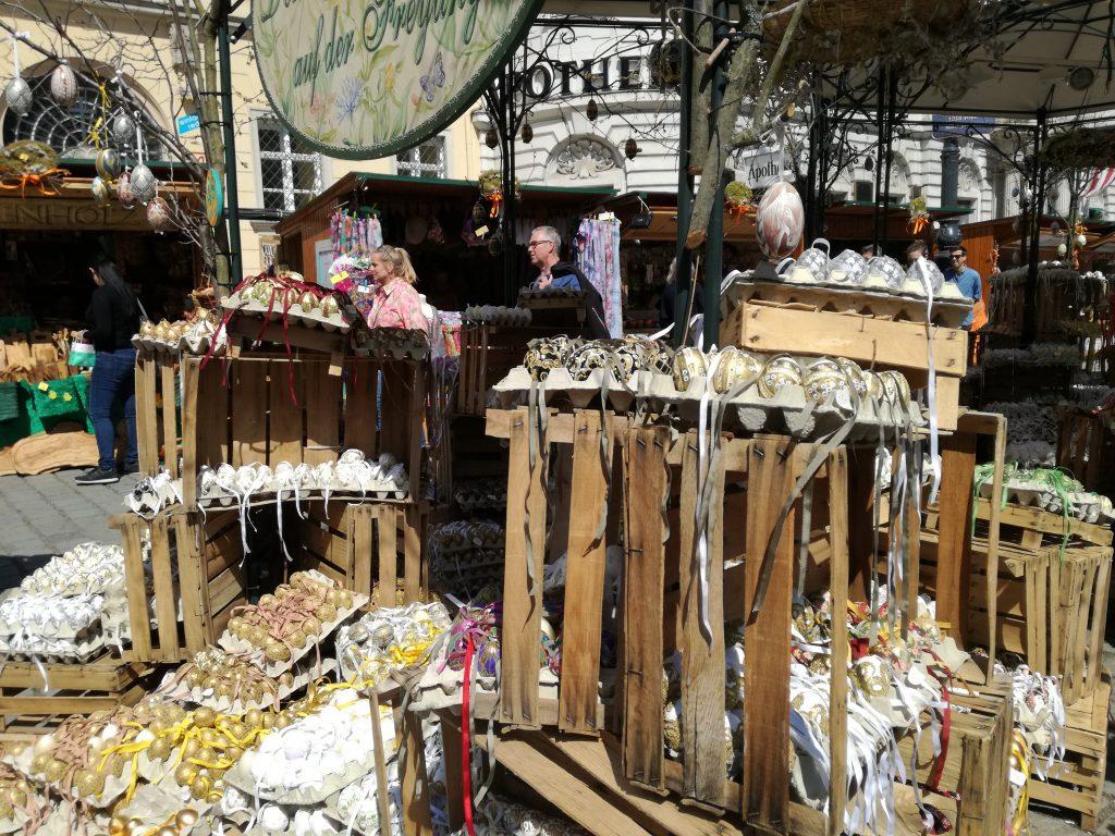 Vienna: mercatino pasquale con uova colorate.