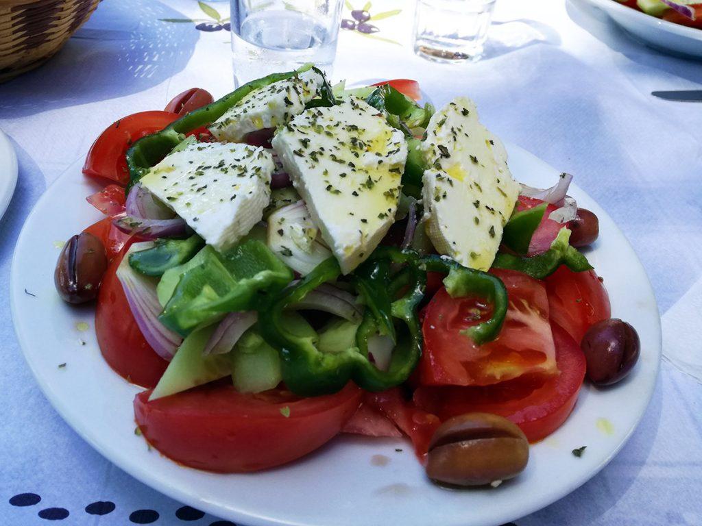 Cosa mangiare in Grecia: insalata greca con pomodori, cetrioli, peperoni, olive e feta