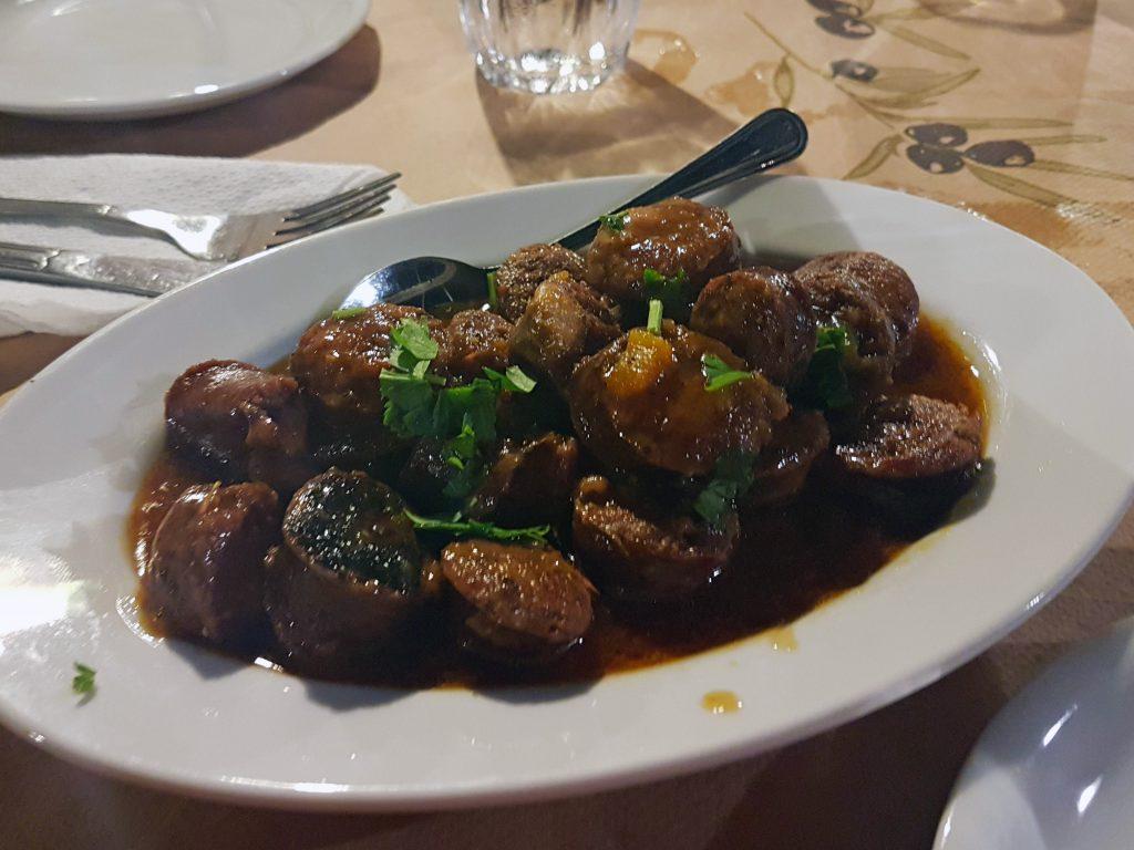 Cosa mangiare in Grecia: salsiccia con salsa d'arancia.