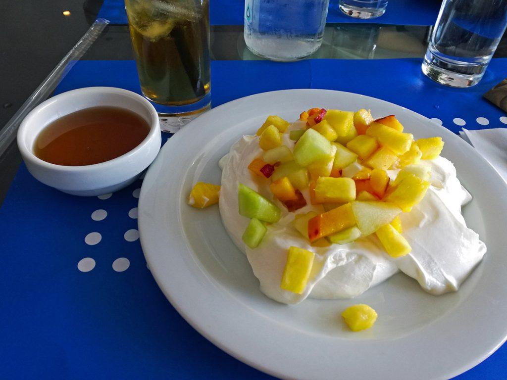 Yogurt greco con frutta e miele