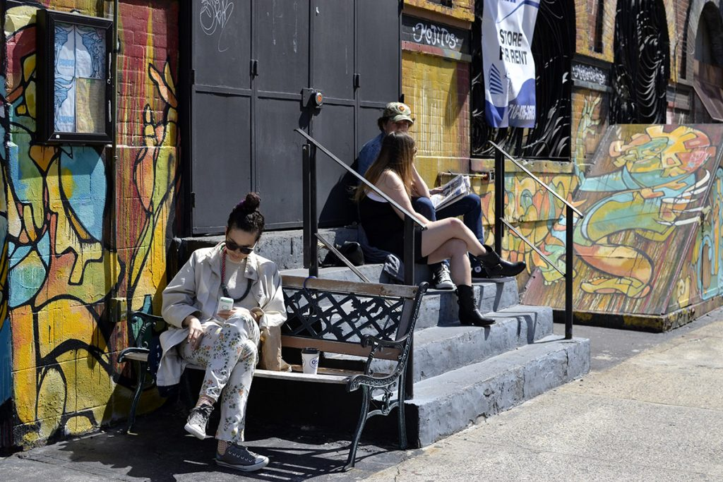 New York, Williamsburg. Donna su una panchina