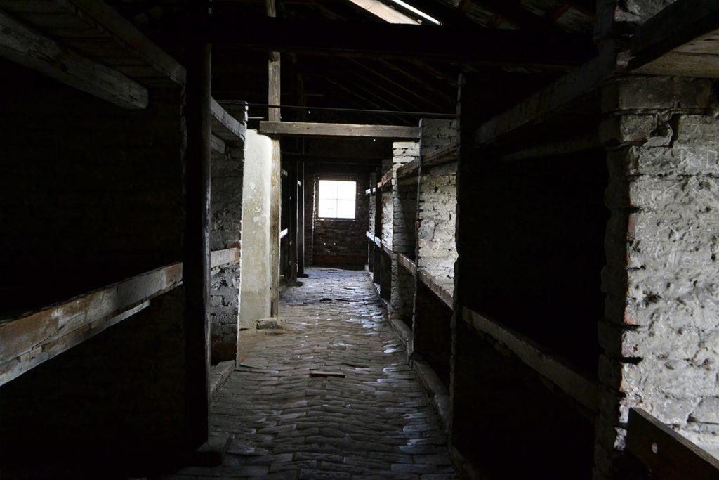 Visitare Auschwitz - interno baracca Birkenau