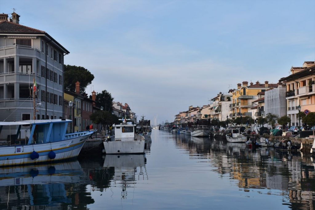 Weekend a Udine, Grado. Canale con barche e case